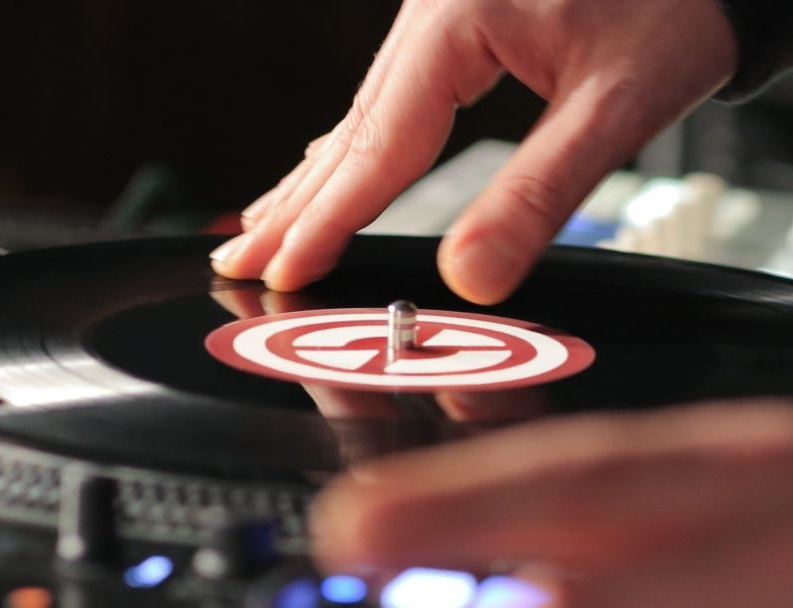 Is it OK to touch a vinyl record?
